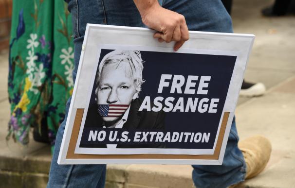 Manifestantes sostienen pancartas durante un mitin para pedir la liberación del fundador de WikiLeaks, Julian Assange este viernes, en Sídney (EFE)
