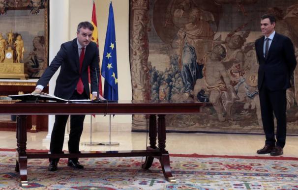 Iván Redondo promete su cargo como director de Gabinete del presidente del Gobierno, secretario de Estado de Comunicación, en presencia de Pedro Sánchez. (Moncloa)