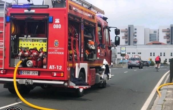 Los bomberos han acudido a extinguir el fuego y evacuar la zona. / Bomberos de Santander