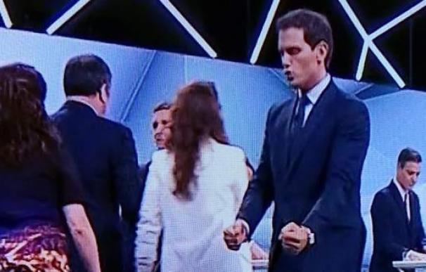 Fotografía de Albert Rivera haciendo un gesto de ganador tras el debate.