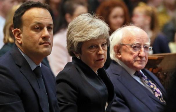 Theresa May (centro), durante el funeral de la periodista Lyra McKee.