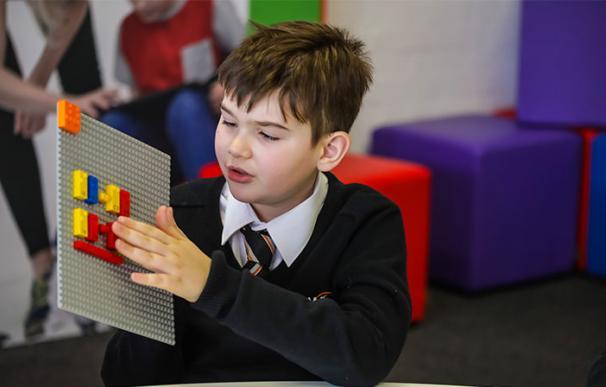 Fotografía de las piezas braille de Lego.