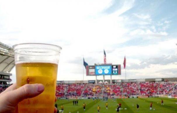 Un aficionado bebe una cerveza en un estadio de fútbol. /EFE