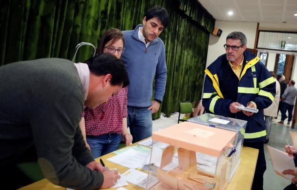 Un funcionario de correos hace entrega a la presidenta de una mesa del colegio electoral del Colegio Nuestra Señora del Pilar votos emitidos por correo. /EFE/Zipi