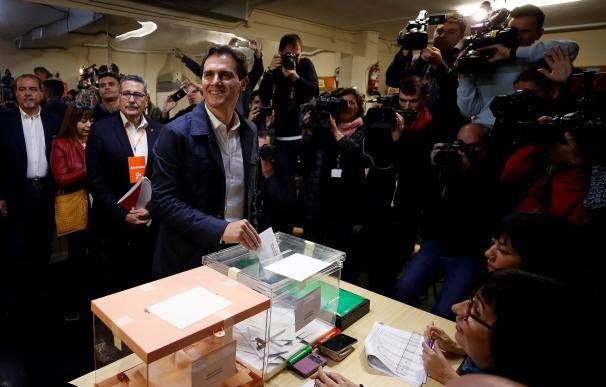 El líder de Ciudadanos, Albert Rivera, ejerce su derecho al voto este domingo en un colegio electoral de L'Hospitalet (Barcelona). EFE/Alberto Estévez
