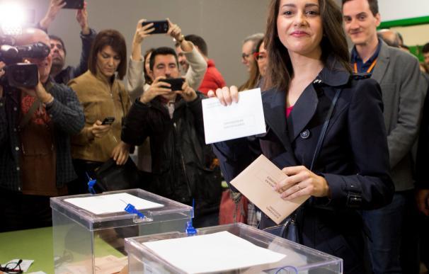 La candidata de Cs al Congreso por Barcelona, Inés Arrimadas, ejerce su derecho al voto para las elecciones generales del 28-A en el colegio Ausiàs March de Barcelona. /EFE