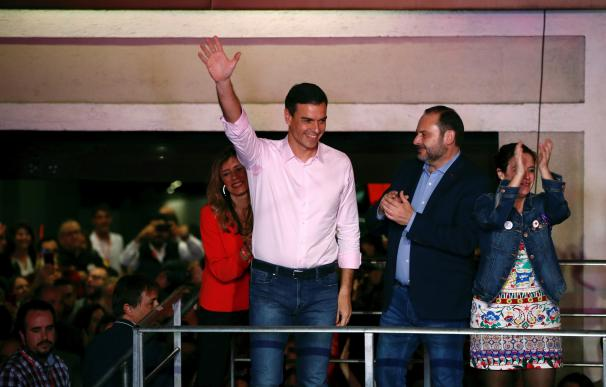 Sánchez y Ábalos celebran la victoria electoral en Ferraz.