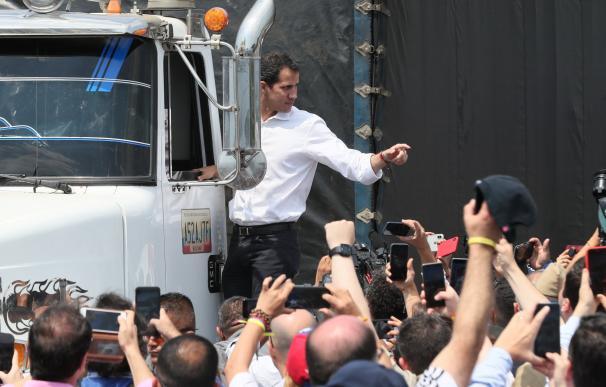 El presidente del Parlamento de Venezuela, Juan Guaidó, que se proclamó mandatario encargado de su país, saluda este sábado desde un camión, en Cúcuta (Colombia). EFE