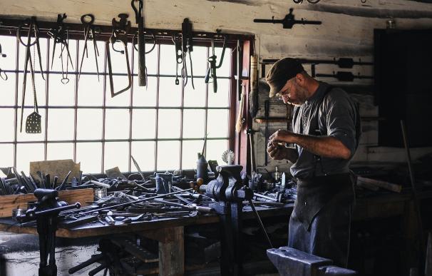 Un trabajador en un herrería