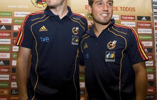 Casillas y Cazorla posan en un acto de la selección española