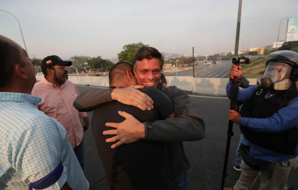 Leopoldo López, tras salir del arresto domiciliario