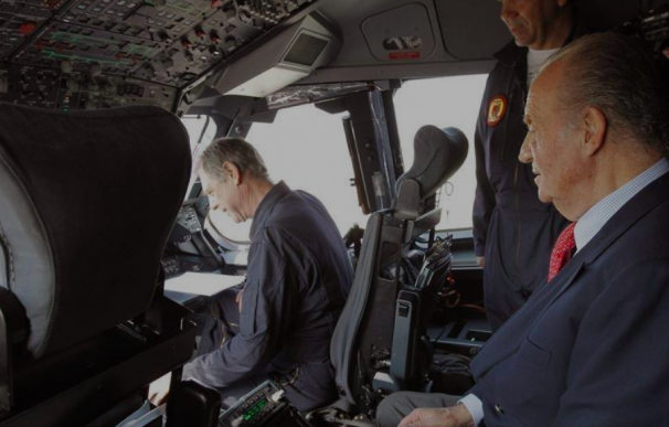 El rey Don Juan Carlos en el interior de un Airbus A400 en Torrejón, Madrid.
