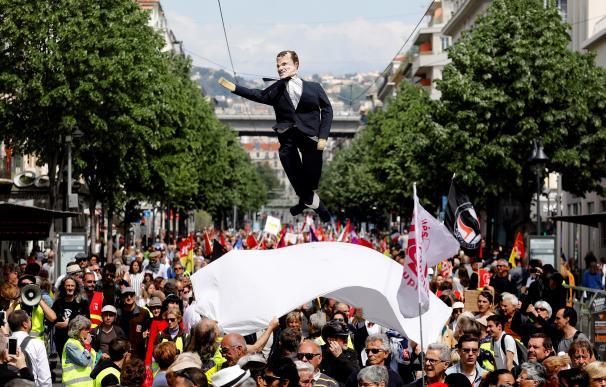 Manifestantes en el Día del Trabajador en París con una efigie de Macron