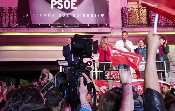 Pedro Sánchez celebra su victoria en Ferraz