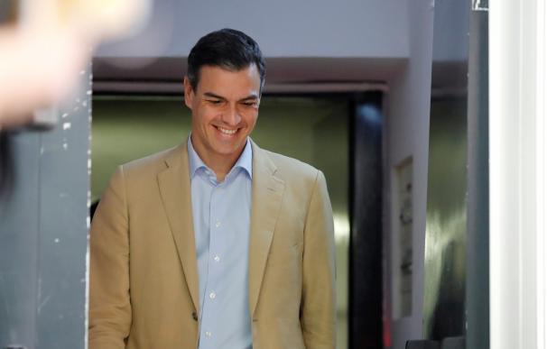 Pedro Sánchez sonríe a su salida de la ejecutiva del PSOE el lunes.