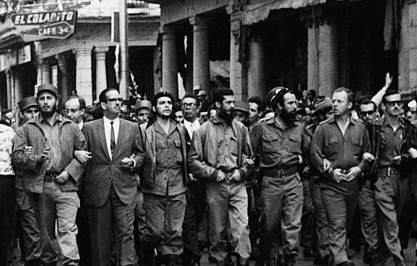 Fidel Castro (izquierda), junto al Che Guevara (centro) y otros mandatarios castristas en 1960