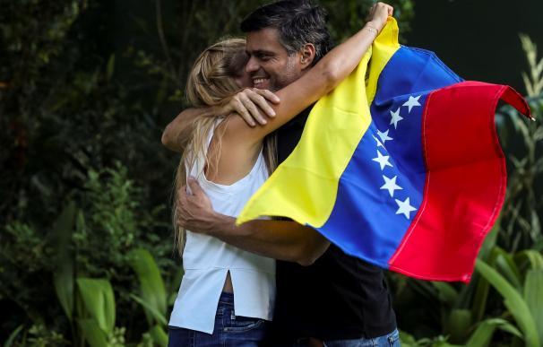 El líder opositor venezolano Leopoldo López (d) abraza a su esposa, Lilian Tintori (i). / EFE/Miguel Gutiérrez