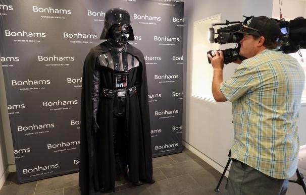 La prensa pudo observar el traje de Darth Vader que se venderá en Bonhams. /EFE/EPA/EUGENE GARCIA