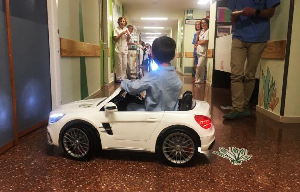 Uno de los pequeños pacientes al volante del descapotable. /Conselleria de Sanidad Universal y Salud Pública