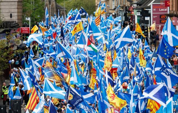 Miles de personas marchan en Glasgow para exigir otro referéndum. /EFE/EPA/Robert Perry