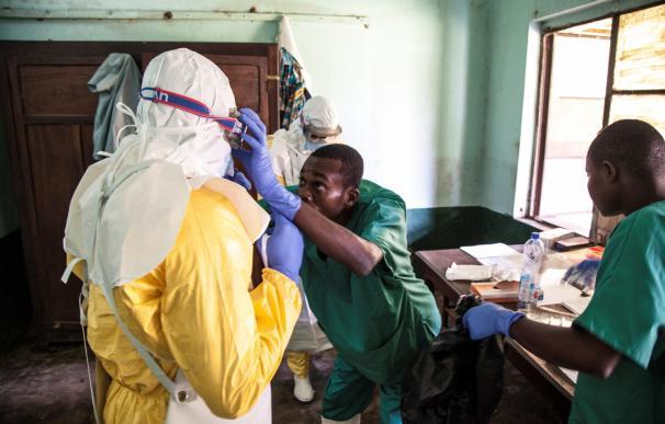 Fotografía cedida por UNICEF, que muestra a trabajadores mientras se preparan para tratar a varios pacientes por ébola en el Hospital de Bikoro, en Congo (EFE/ Mark Naftalin)