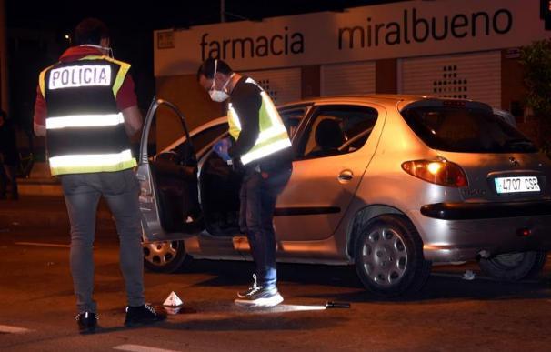 Fotografía de agentes de la Policía Científica examinan el vehículo en el que un hombre trató de degollar a una mujer en Zaragoza.