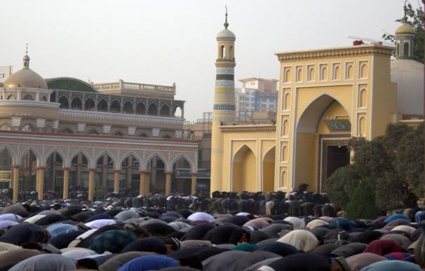 Uigures musulmanes rezando en la mezquita de Id Kah, en Kashgar