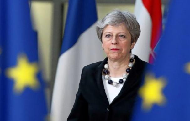 Fotografía Theresa May entre banderas UE / EFE