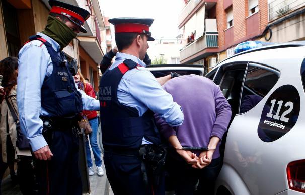 Mossos d'Esquadra custodian a uno de los dos detenidos en Cornellà de Llobregat (Barcelona) por su supuesta relación con la desaparición de Janet Jumillas