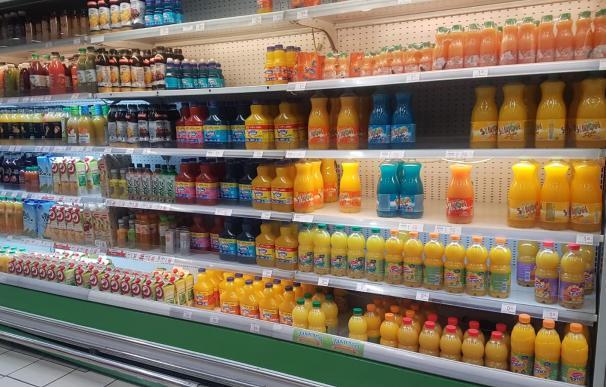 Lineal de supermercado con zumos de naranja