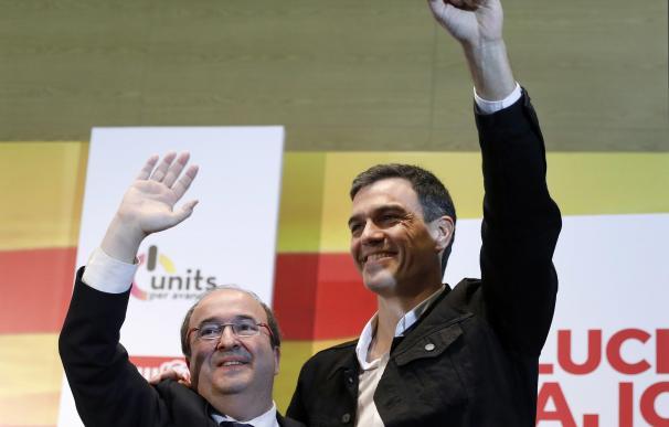 El candidato del PSC a la presidencia de la Generalitat, Miquel Iceta (i), acompañado del secretario general del PSOE, Pedro Sanchez,