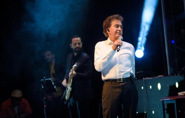 """El cantante venezolano José Luis Rodríguez """"El Puma"""" canta durante el concierto de inicio de su gira """"Agradecido"""". /EFE/Andy Ale"""