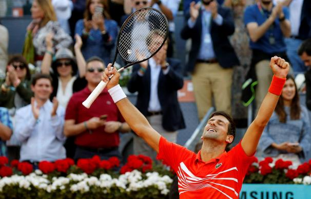 El tenista serbio Novak Djokovic celebra su victoria ante el griego Stefanos Tsitsipas, al término de la final del Mutua Madrid Open disputada esta tarde en la Caja Mágica, en Madrid. EFE/Kiko Huesca