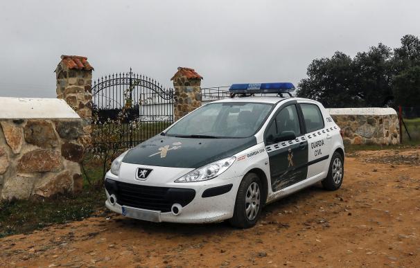 Un coche de la Guardia Civil en las inmediaciones de la finca 'La lapa' ( EFE/ Jose Manuel Vidal)