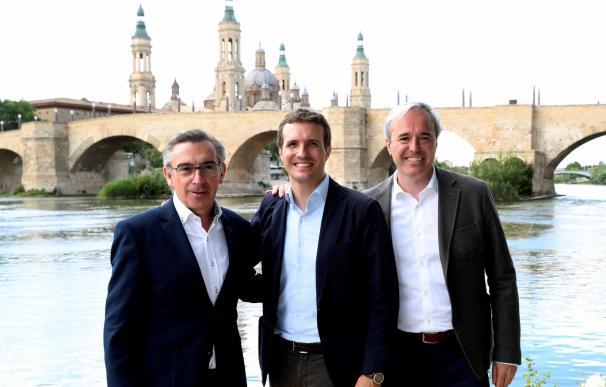 Pablo Casado (c) junto a los candidatos del partido a la Presidencia del Gobierno de Aragón, Luis María Beamonte (i), y a la Alcaldía de Zaragoza, Jorge Azcón (d).