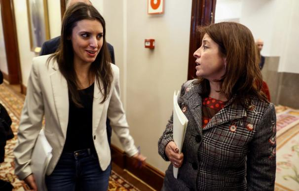 Adriana Lastra y Irene Montero conversan en el Congreso de los Diputados