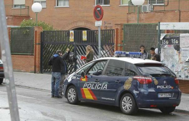 Imagen de archivo de un coche de Policía Nacional a las puertas de un colegio en el municipio madrileño de Parla. /EFE JUAN CARLOS HIDALGO