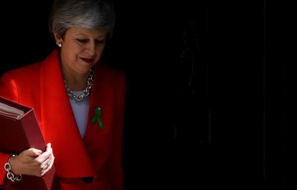 La primera ministra británica, Theresa May, sale de su residencia para dirigirse a la sesión de control en el Parlamento el pasado miércoles. /EFE/ Neil Hall