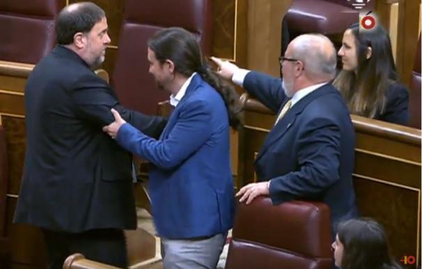 Pablo Iglesias y Oriol Junqueras se saludan en el Congreso.
