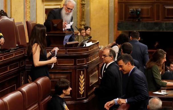 El presidente en funciones, Pedro Sánchez, vota en el Congreso