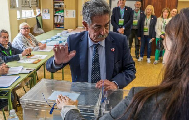 Miguel Ángel Revilla, votando este 26 de mayo