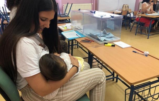 Una vecina de Arahal (Sevilla), Isabel Avilés, ha amamantado a su hijo de 10 meses en la mesa electoral. /EFE/Fermín Cabanillas