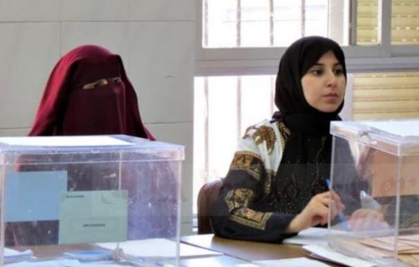 Fotografía de una mujer con burka en una mesa electoral de Ceuta.