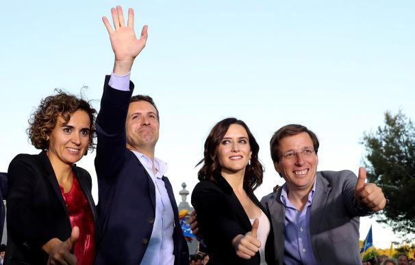 El presidente del PP, Pablo Casado (2d) las candidatas del PP a las europeas, Dolors Montserrat (i) y a la Comunidad de Madrid, Isabel Díaz Ayuso (2d) junto al candidato popular al Ayuntamiento de Madrid, José Luis Martínez-Almeida. /EFE