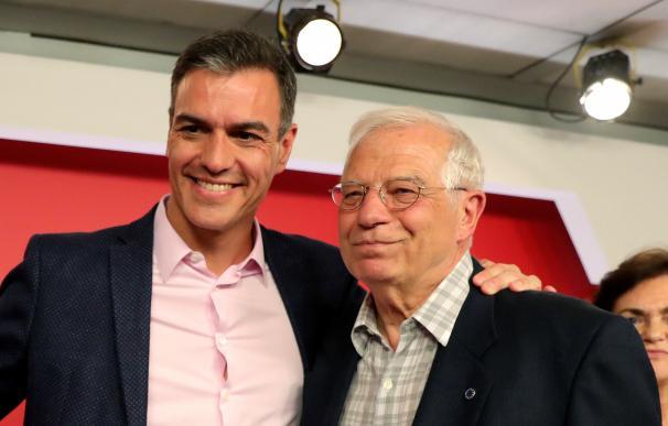 El presidente del Gobierno en funciones, Pedro Sánchez, y el candidato socialista a las elecciones europeas, Josep Borrell