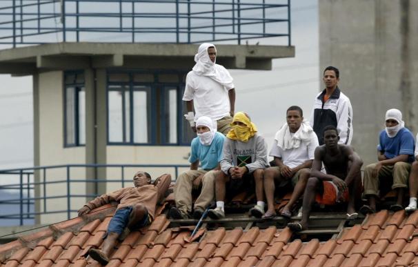 Presos liberan a 125 familiares y 4 carceleros retenidos en una cárcel de Brasil