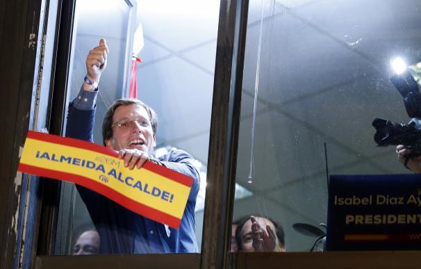 El candidato del PP al Ayuntamiento de Madrid, José Luis Martínez-Almeida, celebra los resultados electorales en la sede de los populares, en Madrid.