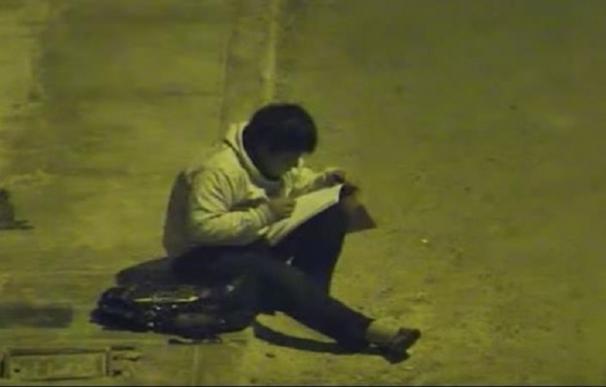 Fotografía de Víctor Angulo, niño peruano que estudiaba en la calle por no tener electricidad.