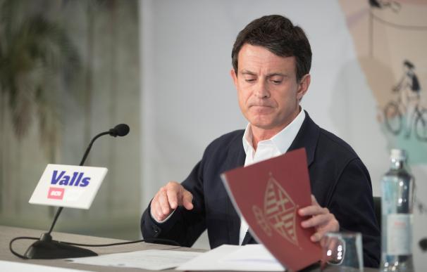 Valls ofrece sus votos a Colau para ser alcaldesa
