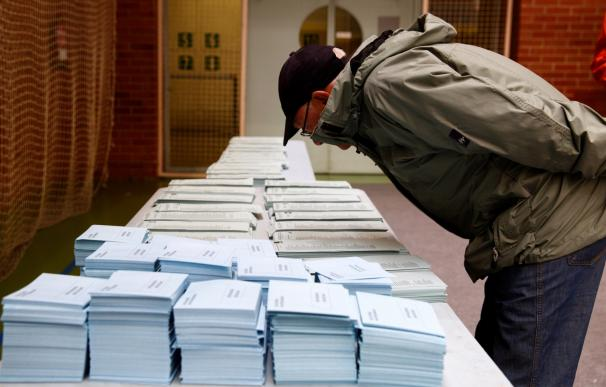 Un votante elige su papeleta en un colegio electoral del barrio Judimendi de Vitoria. / EFE/David Aguilar